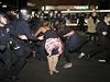 Nepokoje p�i protestu ve m�st� Emeryville v Kalifornii.