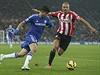 Diego Costa z Chelsea vede míč. Cestu se mu snaží zatarasit Wes Brown.
