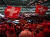 Švýcarští fanoušci podporují své tenisty na fotbalovém stadionu v Lille.