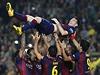 HRDINA. Spoluhráči vyhazují Lionela Messiho na oslavu rekordního gólového...