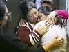 Maria Gomez objímá svou dceru Noemi Romero poté, co Barack Obama vyhlásil změny...