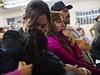 Lidé sledují Obamův emotivní projev ohledně imigrace.