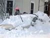 Sněhová kalamita v USA: Abbie J. Haie vyhrabává auto své babičky, která se do...