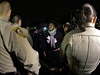 Demonstranti pokřikují na policisty a požadují odsouzení policisty, který ve...