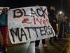 """Demonstranti s plakátem """"černý život má cenu"""" požadují odsouzení policisty,..."""