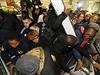Britští zákazníci v obchodě Asda ve Wembley se perou o téměř vše