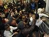 Britští zákazníci v obchodě Asda ve Wembley se sápou po zlevněných televizích