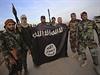 Šíitští milicionáři oslavují úspěch v boji s islámskými radikály, na snímku pózují s ukořistěnou vlajkou Islámského státu.
