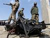 Afghánské bezpečnostní jednotky na místě útoku.