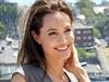 Herečka Angelina Jolie pózuje fotografům po konferenci k novému filmu Nezlomní.