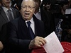 Favorit prvních svobodných prezidentský voleb v Tunisku Kaíd Sibsí vhazuje...