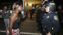 Proti policii. Protesty se z Fergusonu p�elily do dal��ch m�st