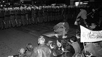 Policejn� kordon 17. listopadu 1989 proti demonstrant�m na N�rodn� t��d� v...