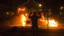 Fergusonský demonstrant oslavuje zni�ení policejního auta. | na serveru Lidovky.cz | aktu�ln� zpr�vy
