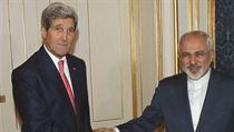Americk� ministr John Kerry (vlevo) se sv�m �r�nsk�m prot�kem Mohammadem D�av�dem Zar�fem (ilustra�n� sn�mek).