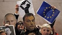 Demonstranti v maskách Vladimira Putina a Viktora Orbána protestují v Londýn� proti politice ma�arské vlády. | na serveru Lidovky.cz | aktu�ln� zpr�vy