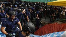 Hongkongští policisté zasahují proti demonstrantům.