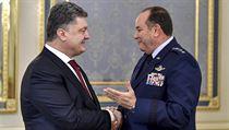 Ukrajinsk� prezident Petro Poro�enko a velitel sil NATO v Evrop� Philip...
