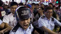 Hongkongská pořádková policie zasahuje proti demonstrantům.