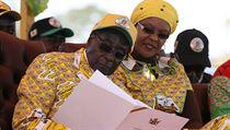 Robert Mugabe s man�elkou Grace b�hem prezidentských voleb v roce 2013. | na serveru Lidovky.cz | aktu�ln� zpr�vy