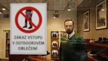 Pra�sk� obchod s obuv� zakazuje vstup v outdoorov�m oble�en�.