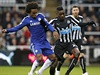 Willian (vlevo) z Chelsea a Sammy Ameobi.