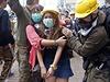 Šokovaná demonstrantka v ulicích Hongkongu