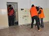 Dobrovolníci uklízejí v opuštěné budově