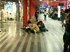 Skupinka lidí sedí na nádraží už od šesti hodin. Jejich vlak má...