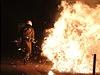 Exploze, plameny a rozzuřený dav. Aténský policista raději prchá.