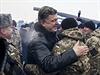 Ukrajinsk� prezident Petro Poro�enko se v�t� s voj�ky.