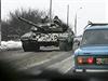 Proruští separatisté na tanku u Doněcka.