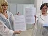 Opatření proti ebole. Lékařky ukazují dotazník pro cestující.