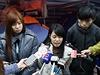 Trojice studentských vůdců zahájila hladovku. Zleva Isabella Lo, Prince Wong a...