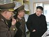 Kim Čong-un na inspekci. Armádní důstojníci pozorně naslouchají slovům vůdce.