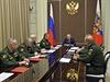 Vladimir Putin (uprot�ed) jedn� s rusk�mi arm�dn�mi �pi�kami. Po jeho pravici...