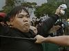 Hongkongská policie zasahuje proti prodemokratickému demonstrantovi.