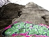 Graffiti nelze ze skály odstranit zcela.