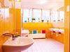 Květiny jako dekorace a krásné barevné ručníky pro každého? Jde o manipulaci,...