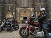 Po 10:00 se před vchodem do baziliky zaburácely silné stroje skupiny motorkářů,...