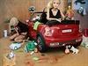 Mariel Clayton vytváří na fotografiích miniaturní, leč brutální svět Barbie a...