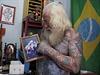 Martins ukazuje fotku, kde on v převleku a společně s ním se fotí jeho děti.
