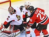 Levé křídlo New Jersey Devils Patrik Eliáš střílí na brankáře Craiga Andersona...