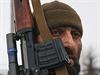 Proruský separatista z Čečenska, který se účastní vojenského cvičení ve...