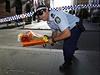 Na místě tragédie v Sydney se od rána objevují květiny a vzkazy od lidí.