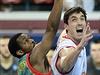 Zleva Chester Tre Simmons z ČEZ Basketball Nymburk a Xavier Raynard Thames ze...