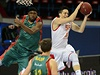 Zleva Derrick Byars ze španělského týmu Baloncesto Sevilla a Tomáš Pomikálek z...