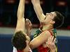 Zleva Garrett Stutz z ČEZ Basketball Nymburk a Ondřej Balvín ze španělského...