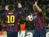 Barcelonští útočníci Lionel Messi a Luis Suárez slaví první gól do sítě PSG.