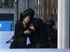 Z kavárny držené neznámými útočníky uprchlo zatím pět lidí.